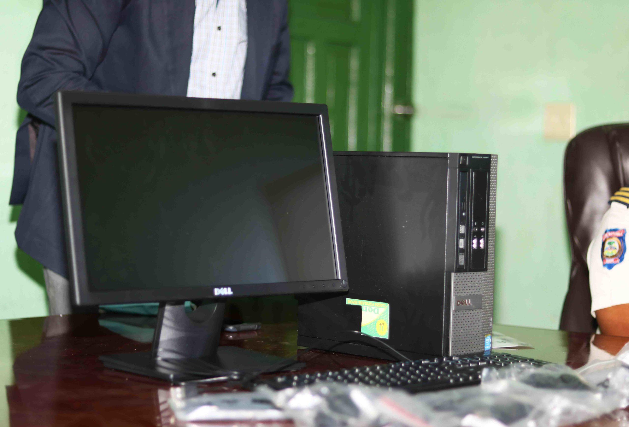 Don d'un ordinateur au Commissariat de Jacmel par la Caisse Populaire Espoir